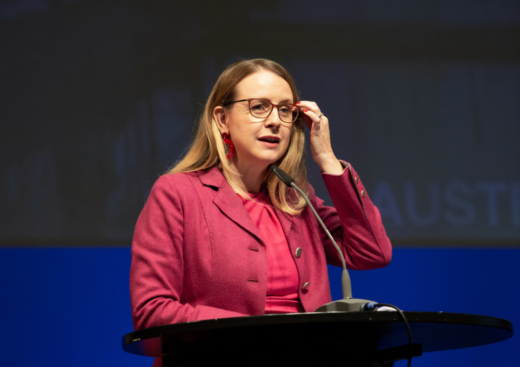 BMI Margarete Schramböck auf der großen Podiumsbühne